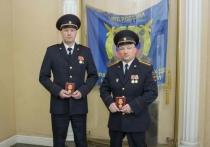 Полицейских из Полярного наградили за спасение людей на пожаре