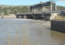 С плотины Назаровской ГРЭС в реку упал мужчина: ищут второй день