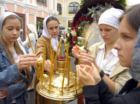 РПЦ прокомментировала скандал с запретом ставить свои свечи в храме