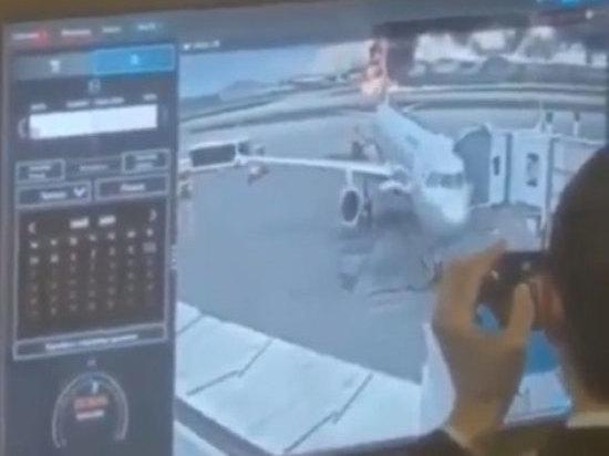 Двух полицейских наказали за глумливое видео катастрофы SSJ в Шереметьево