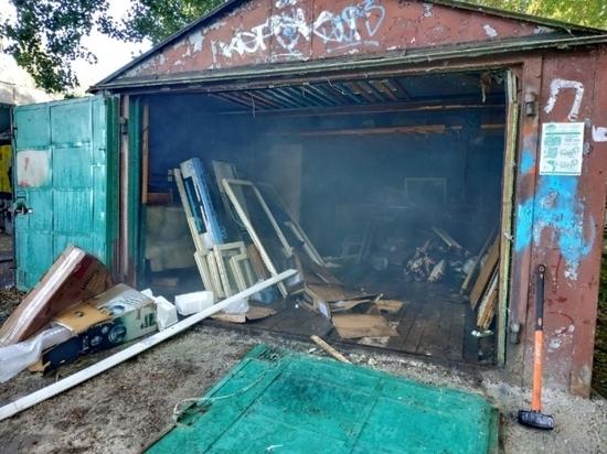 В Смоленске около гаража с газовыми баллонами горел мусор