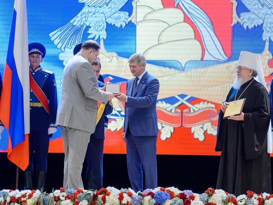 Губернатор Александр Гусев вручил областные и государственные награды