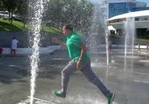 Саакашвили вслед за Зеленским побегал в фонтане
