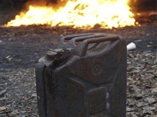 В Калининграде у входной двери частного дома горела канистра с бензином