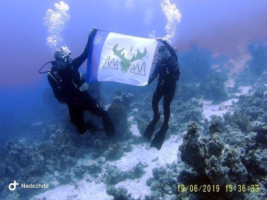 Аквалангисты опустили флаг Лабытнанги на дно Красного моря