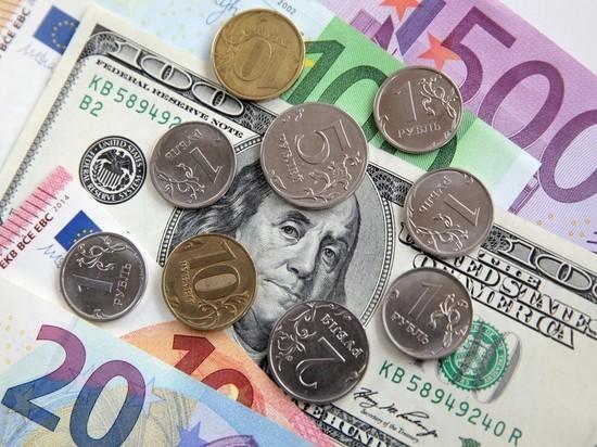 Доллар опустился ниже 63 рублей впервые с августа 2018 года