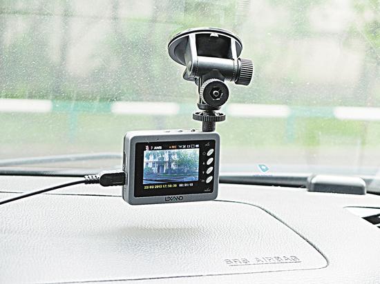 Куда лучше  всего крепить видеорегистратор  в автомобиле