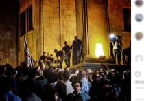 Премьер Грузии прибыл в парламент, окруженный протестующими