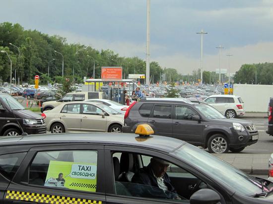 Сносят шлагбаумы, создают пробки: таксисты-нелегалы устроили беспредел в «Домодедово»