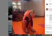 Жена Пескова научила россиян снимать стресс стоянием на гвоздях