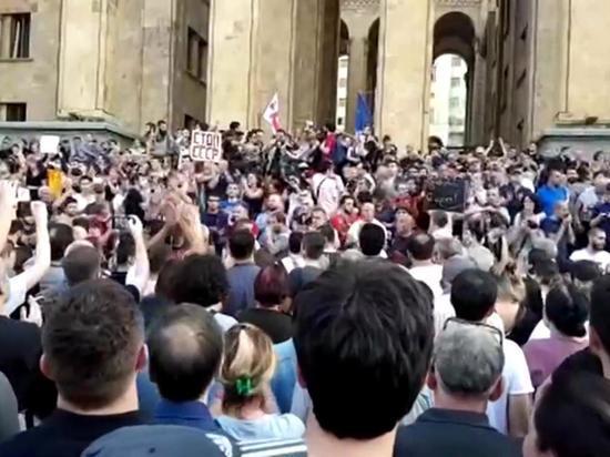 """В Тбилиси разъяренная толпа атаковала журналистов """"Россия 24"""""""