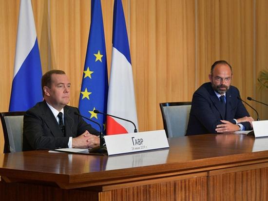 Французский премьер принял Медведева и намекнул на отмену санкций