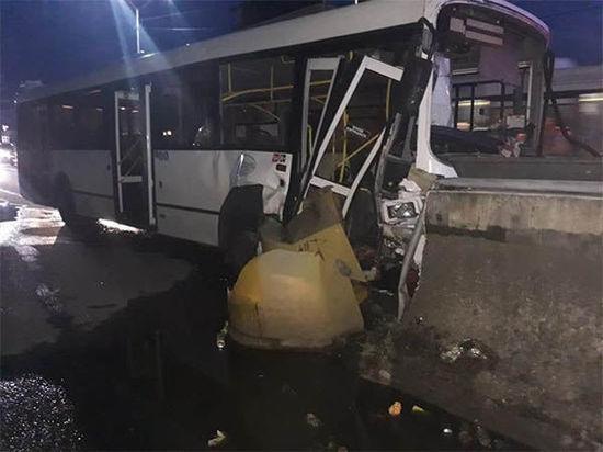Четыре человека пострадали в ДТП с рейсовым автобусом в Сочи: двое — дети