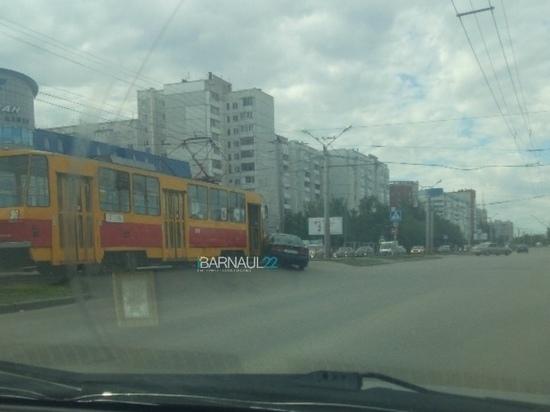 Иномарка и трамвай столкнулись в Барнауле