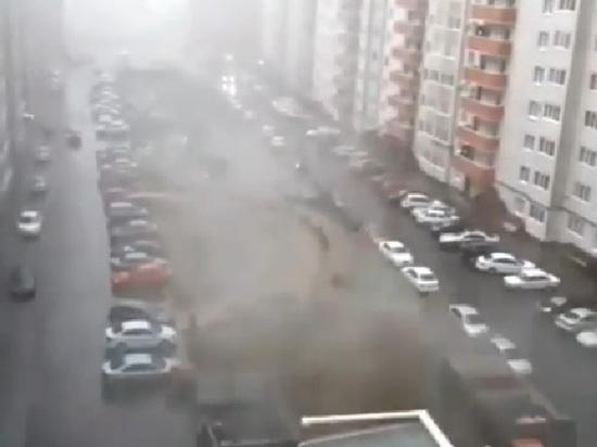 Ураган в Ставрополе помял иномарку мусорным баком