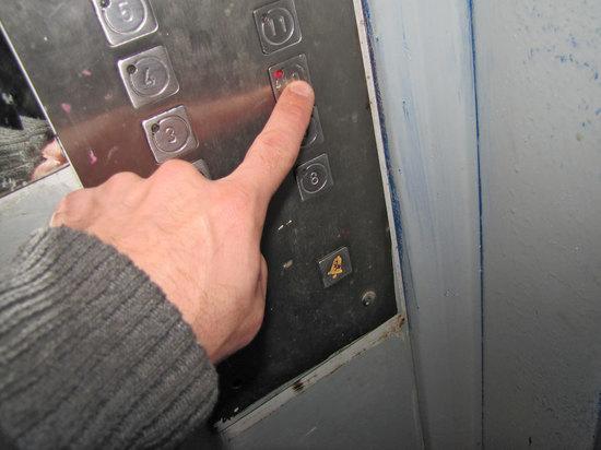 На лифтах могут появиться разноцветные наклейки