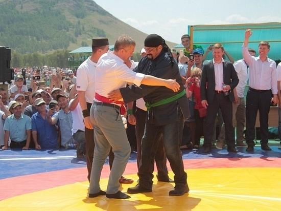 Стивен Сигал поборолся на сабантуе в Башкирии