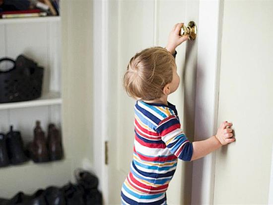 В Назарово 2-летний мальчик несколько дней был заперт с умершим отцом