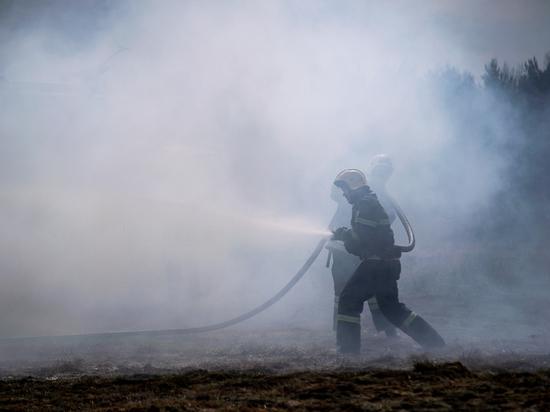 В Тверской области огонь уничтожил склад с КамАЗом
