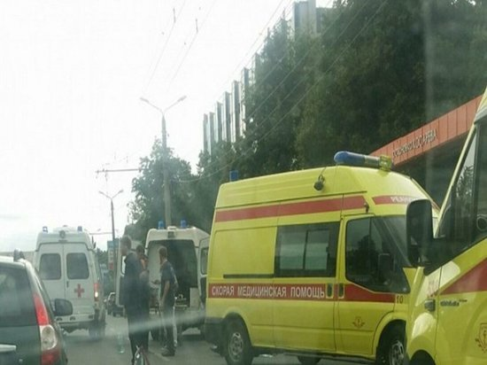 «Двое в крайне тяжелом состоянии»: на Комсомольском проспекте Renault Logan вылетел на остановку и сбил четырех человек