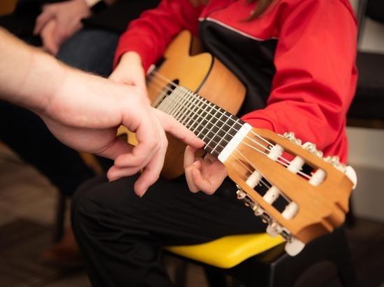 Психологи разобрались, помогают ли занятия музыкой учиться в школе