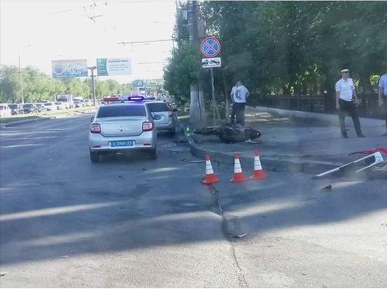 В Волгограде мотоцикл врезался в маршрутку, серьезно пострадал человек