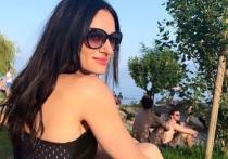 Елена Исинбаева позирует в черном купальнике на отдыхе в Швейцарии
