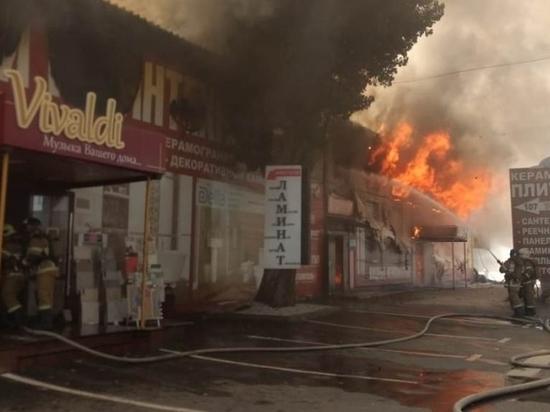 Рыночный склад загорелся на юге Волгограда