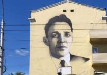 В Новокузнецке, на стене дома на Кирова, 31, специалисты приступили к созданию картины Николая Толстогузова - одного из 400 знаменитых граждан города