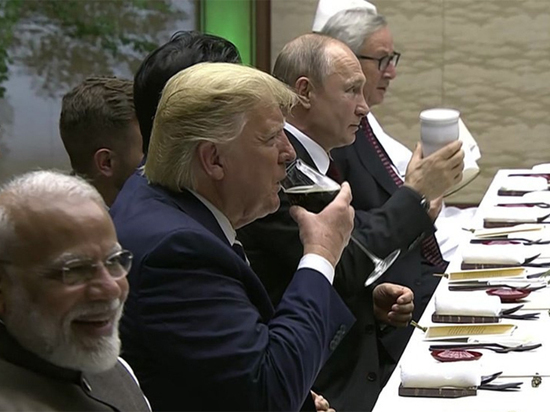 Песков объяснил появление Путина на ужине G20 со своим термосом