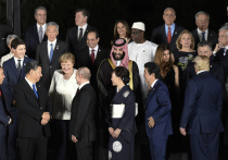 На саммите «Большой двадцатки» во время традиционной церемонии фотографирования Дональд Трамп расцеловал первую леди Аргентины