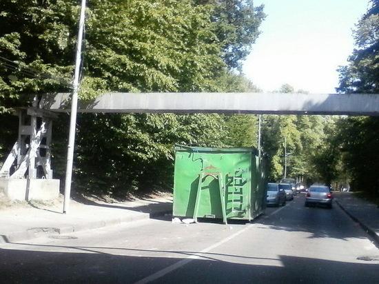 В Калининграде из грузовика выпал контейнер на проезжую часть