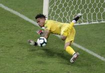 Трибуна, переполненная фанатами сборной Уругвая, в третий раз за матч взорвалась от радости