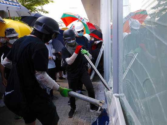 Участники протестов в Гонконге атаковали здание парламента