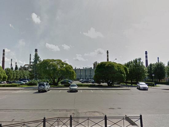 Иномарка протаранила трубопровод у завода в Киришах