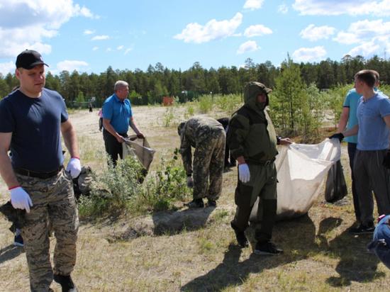 Ноябрьские полицейские убрали мусор на территории озера