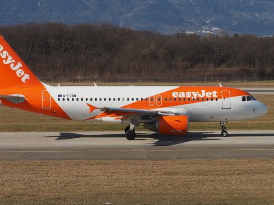 Женщину выгнали из самолета из-за оголившего грудь наряда