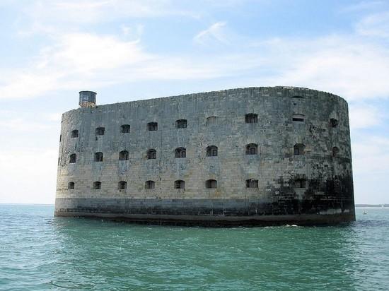 Русский предприниматель арендовал наюбилей легендарный Форт Боярд— Французы вшоке