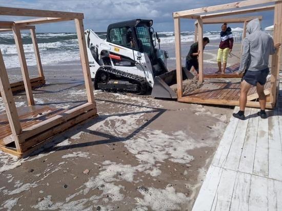На пляже в Янтарном спасли от шторма зонтики и шезлонги