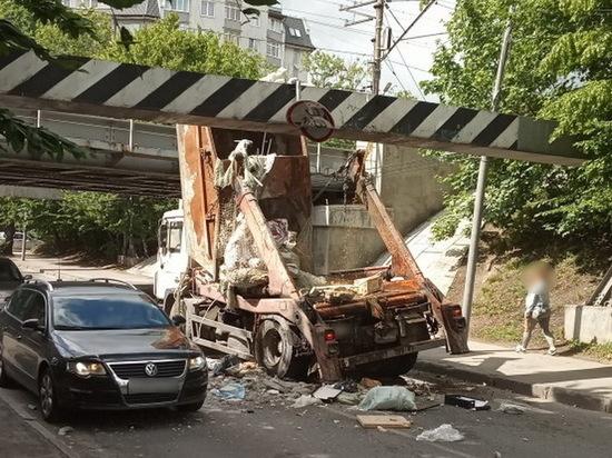 В Калининграде под мостом на Островского застрял мусоровоз