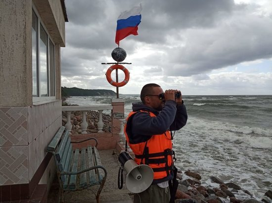 В Светлогорске во время шторма спасатель вытащил из воды подростка