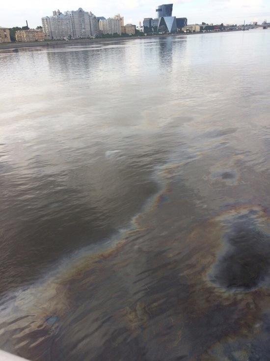 Петербуржцы заметили пятна нефтепродуктов на поверхности Невы