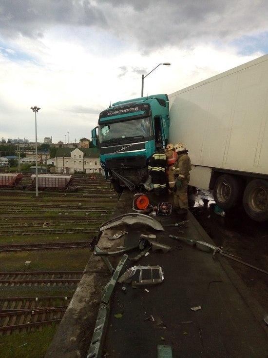 На Невском путепроводе столкнулись две легковушки, фура и автобус