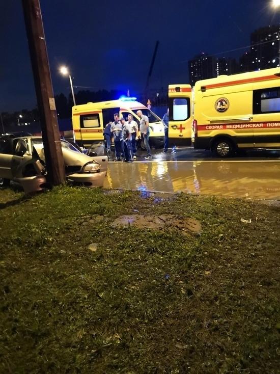 Три человека пострадали после рандеву Chevrolet со столбом
