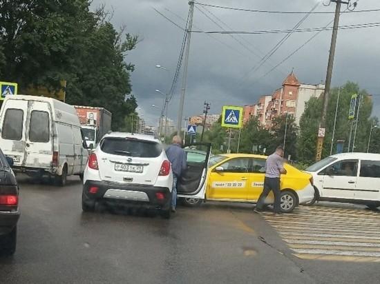 В Калининграде таксист угодил в ДТП— затор на Островского