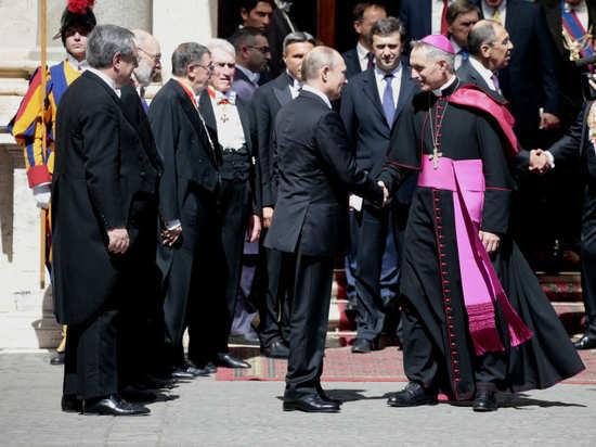 Путин опоздал к Папе Римскому и не пригласил в Россию