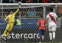 Вратарь сборной Перу Педро Гальесе стоял с мячом в руках на линии собственных ворот
