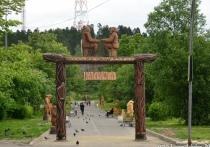 В Лахденпохья появился сквер с галереей деревянных скульптур