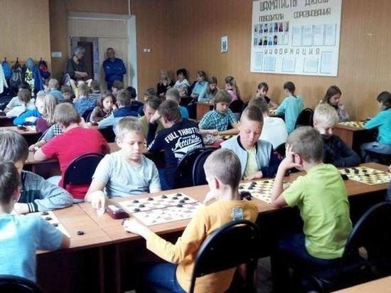 Юные жители Вышнего Волочка приехали в Тверь на соревнования по шашкам