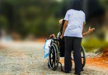 Как взыскать деньги на сиделку для людей, ставших инвалидами из-за аварии или врачебной ошибки, разъяснил Конституционный суд